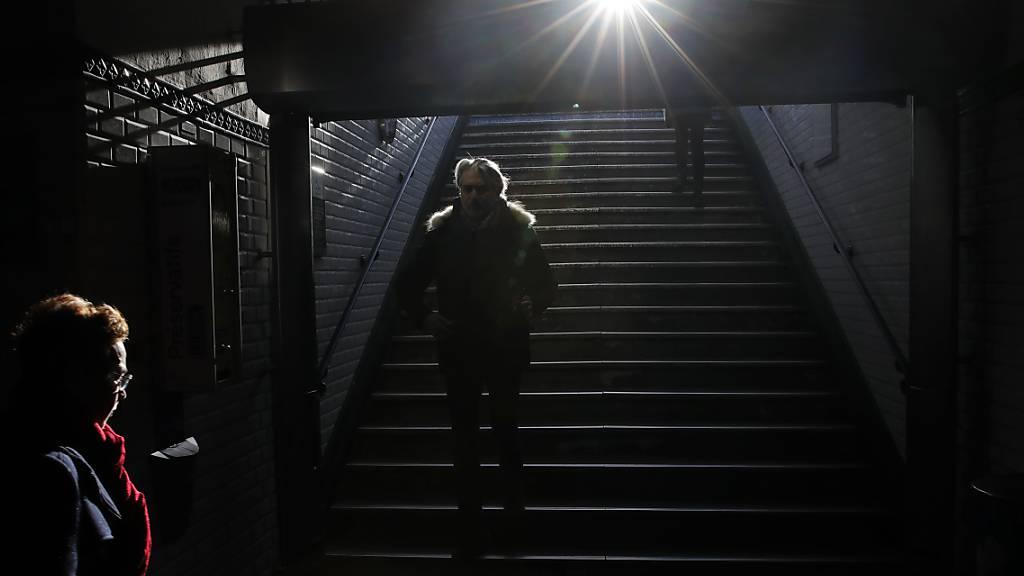 Pendler in der Pariser Metro. Wegen eines Streiks gegen die Rentenreform verkehrten am Montag rund die Hälfte der Linien nur in eingeschränktem Takt.