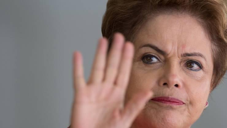 Die brasilianische Präsidentin Dilma Rousseff bei einem Empfang in Brasilia. Das brasilianische Parlament leitete die ersten Schritte zu ihrer Amtsenthebung ein.