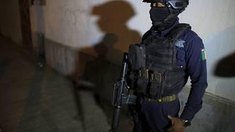 Ein Angehöriger der mexikanischen Polizei steht Wache während eines Einsatzes in der Region Veracruz. (Archivbild)