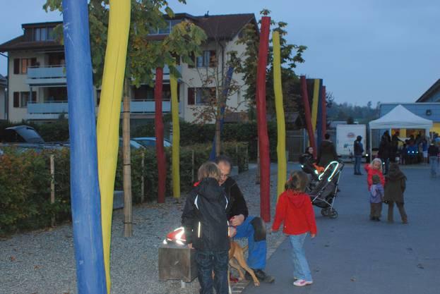 Farbige Stelen, Bänke und Bäume verschönern jetzt den Schulhausplatz