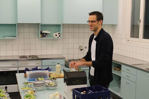 MGK Aktuar Daniel Widmer bereitet die Vorspeise vor.