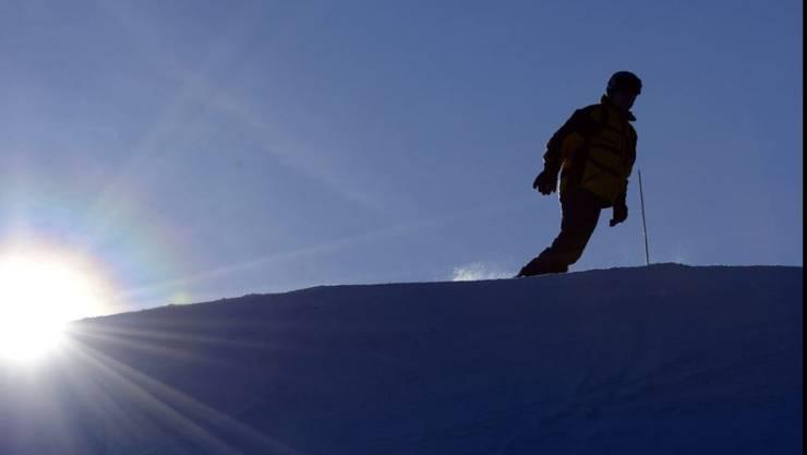 Vom Pech verfolgt: Ein Snowboarder verlor in der Dunkelheit seine Gruppe, seine Brille und stürzte rund 30 Meter ab. (Symbolbild)