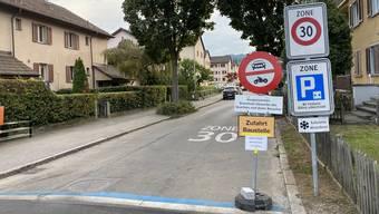 Das provisorische Fahrverbot sorgt zusammen mit dem Hinweis auf die Ausnahmen vom Fahrverbot, dem Baustellenzufahrtsschild sowie den Schildern für Tempo 30, das Parkplatzregime und den reduzierten Winterdienst für eine reichliche Beschilderung.