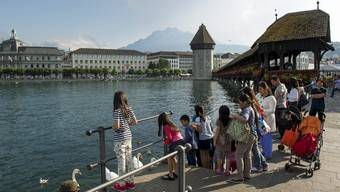 Chinesische Touristen stehen auf Luzern. Sie verstopfen mit ihren Cars die Stadt.