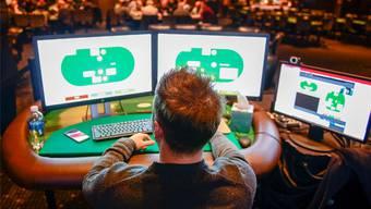 Mann gegen Maschine: Der professionelle Pokerspieler Daniel McAulay bleibt gegen das Computerprogramm Libratus chancenlos.