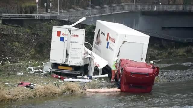 Autobahnausfahrt Zürich-Brunau: Lastwagen landet in der Sihl