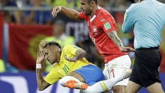 Einer von vielen harten Zweikämpfen zwischen Behrami (rechts) und Neymar