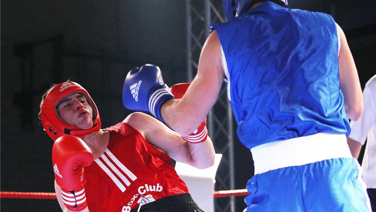 Jonas Nyfeler (links) vom Boxclub Aarau bezahlte bei seiner Premiere gegen Marco Carvalho Lehrgeld. Manuel Geisser