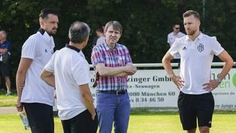 Die FCB-Spieler Zdravko Kuzmanovic (1. v.l.) und Silvan Widmer (4.vl.) diskutieren mit Trainer Marcel Koller (2. v.l.) und Präsident Bernhard Burgener (3.vl.).