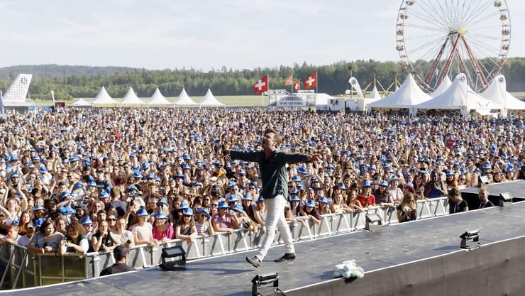 Der Auftritt von Baschi zog die riesige Menge mit sich.