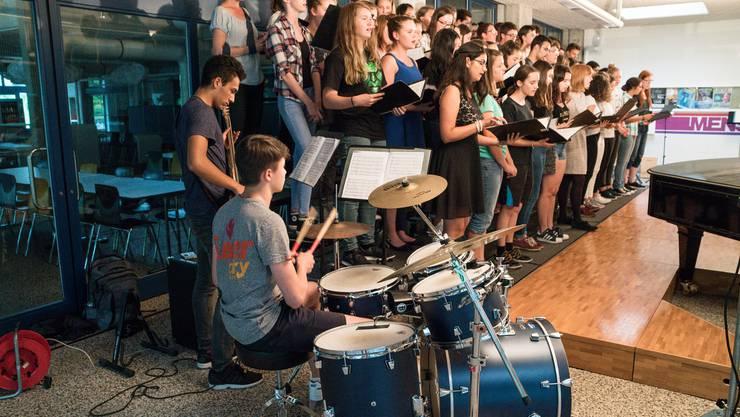 Der Schulchor mit über 60 Jugendlichen sorgte an der Serenade in der Kantonsschule Limmattal für das Schlussbouquet.