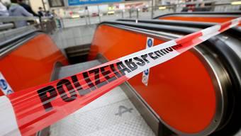 """Die U-Bahn Station """"Auf dem Damm"""" ist wegen des Unfalls gesperrt: Beim Zusammenstoss von zwei U-Bahnen sind zahlreiche Menschen verletzt worden, zwei von ihnen schwer."""