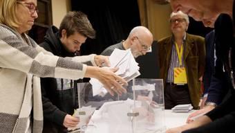 Stimmenauszählen am Donnerstagabend in einem Wallokal in Barcelona.