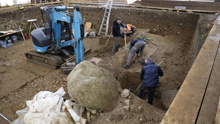 So sieht es im Moment auf dem Grabungsgelände aus. Die Steine werden gehoben und weggebracht, damit das Feld geräumt werden kann.