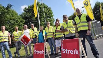 Streikende vor dem Verteilzzentrum der Post in Köln, am  08. Juni 2015.