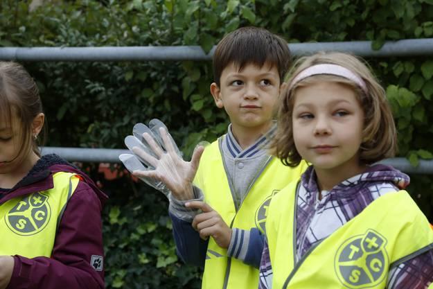 Handschuh an und fertig fürs Abfallsammeln