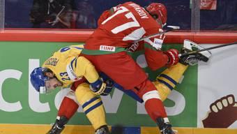 Schwedens Niklas Persson wird von Weissrusslands Alexander Kitarov an die Banden gedrückt
