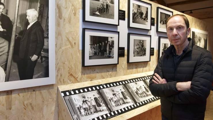 """Der Kurator Luc Debraine posiert im Chaplin-Museum in Corsier-sur-Vevey in der Ausstellung """"Chaplin Personal 1952-1973"""" mit Fotografien seines Vaters Yves Debraine. Die Schau dauert vom 20. Februar bis zum 5. April 2019."""