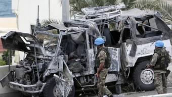 Zwei Blauhelmsoldaten beim explodierten UNO-Fahrzeug in Beirut