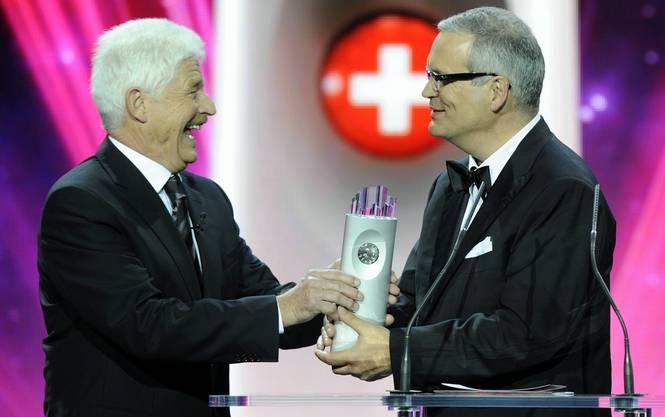Benedikt Weibel, links übergibt Felix Richterich, rechts, VR-Präsident Ricola den Swiss Award in der Kategorie Wirtschaft.