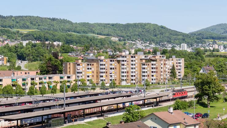 Auf der Wiese vor den Gleisen könnten in Zukunft hohe Gebäude stehen.