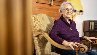 Die 86-jährige Louisa Aschwanden sitzt im hübsch eingerichteten Stübli im Bifang und erzählt von früher. Dabei muss die lebenslustige Frau immer wieder lachen.