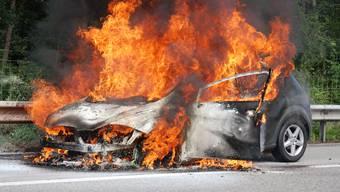 Ein Auto brennt auf der A1 aus (Symbolbild).