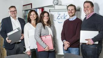 In Würenlos hatten Livia (M.), Timo und Nico Kunz (r.) schon gemeinsam den Jugendtreff geleitet. Zusammen haben sie nun von ihren Eltern Beat (l.) und Gabriela Kunz die Firma übernommen.