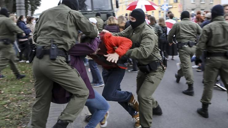 dpatopbilder - Polizisten nehmen Unterstützer der bekannten Oppositionspolitikerin Kolesnikowa bei einer Demonstration in Belarus fest. Foto: Uncredited/AP/dpa