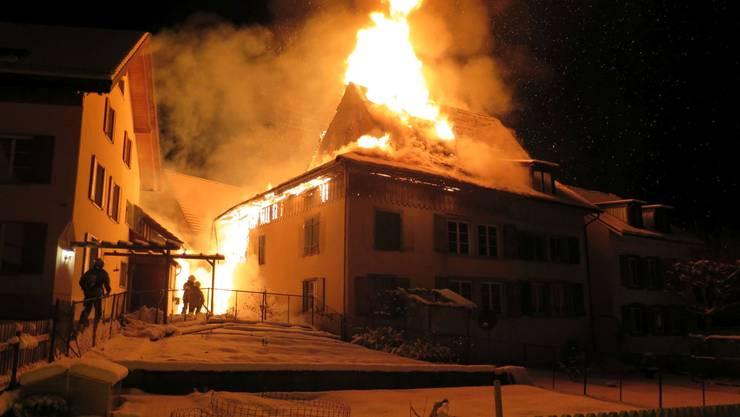 Am Montag kurz vor 04.20 Uhr brannte an der Hauptstrasse in Lampenberg BL ein Dachstock und der angebaute Schopf eines Doppeleinfamilienhauses.