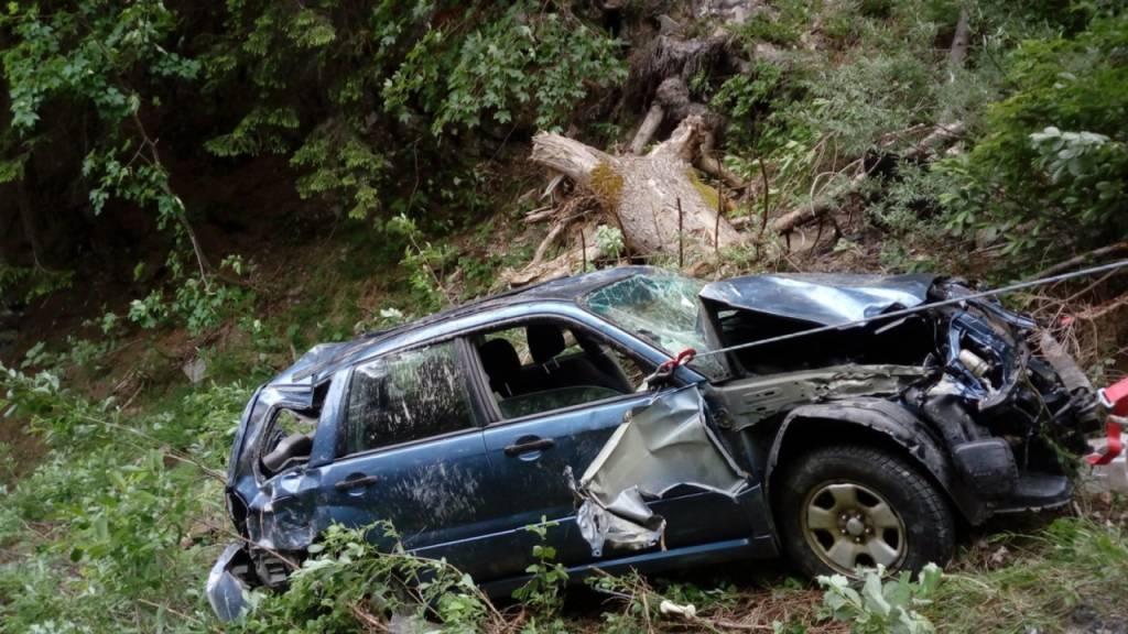 Der Wagen kam nach dem Unfall rund hundert Meter unterhalb der Strasse zwischen Luzein und St. Antönien auf den Rädern zum Stillstand.