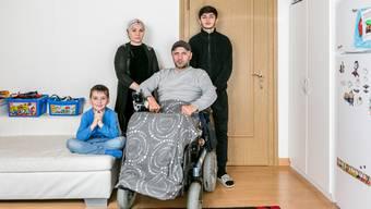 Die Angst vor der Ausschaffung nach Russland bleibt Ruslan Nachchaev (Mitte) mit seiner Frau Khawa Dugaeva und seinen Söhnen Yasin (links) und Malik (hinten). Nicht auf dem Foto ist der älteste Sohn. Magomed ist untergetaucht.