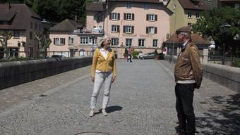 Janka Gefferth und Hannes Burger auf der Laufenbrücke in Laufenburg, die seit Samstag wieder passierbar ist.
