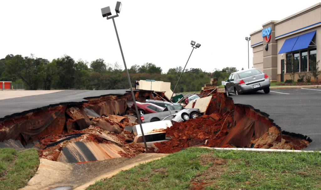 Riesiges Loch in den USA verschluckt rund ein Dutzend Autos