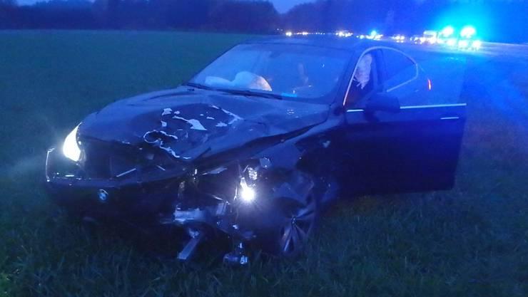 Ein BMW-Fahrer prallte ins Heck eines Pannenfahrzeuges und geriet in der Folge nach Durchbrechen des Wildschutzzauns ins angrenzende Feld. Der Sachschaden beträgt etwa 90'000 Franken. Drei Personen mussten ins Spital geführt werden.