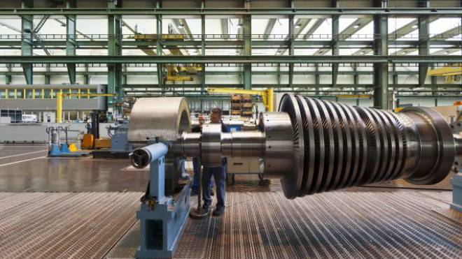 Angestellte von Alstom reparieren in Birr AG eine Turbine. Foto: Keystone