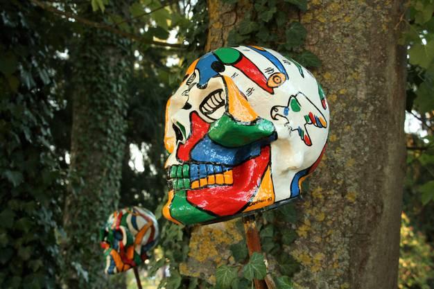 Auch im Schlosspark: Totenköpfe aus der Hand von Santhori, der sein Atelier neuerdings im Schloss hat.