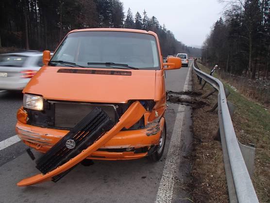 Suhr AG, 6. Februar: Ein Lieferwagen stiess kurz vor 17 Uhr auf der A1  bei Suhr mit einem Auto zusammen. Verletzt wurde niemand. Es entstand beträchtlicher Schaden. Als Unfallursache wird ein technische Defekt vermutet. Im Feierabendverkehr bildete sich Rückstau.
