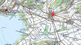 In Ins im Berner Seeland (siehe roter Pfeil) hat ein Zug am Freitagnachmittag ein Auto erfasst. Die Fahrerin des Wagens wurde verletzt.