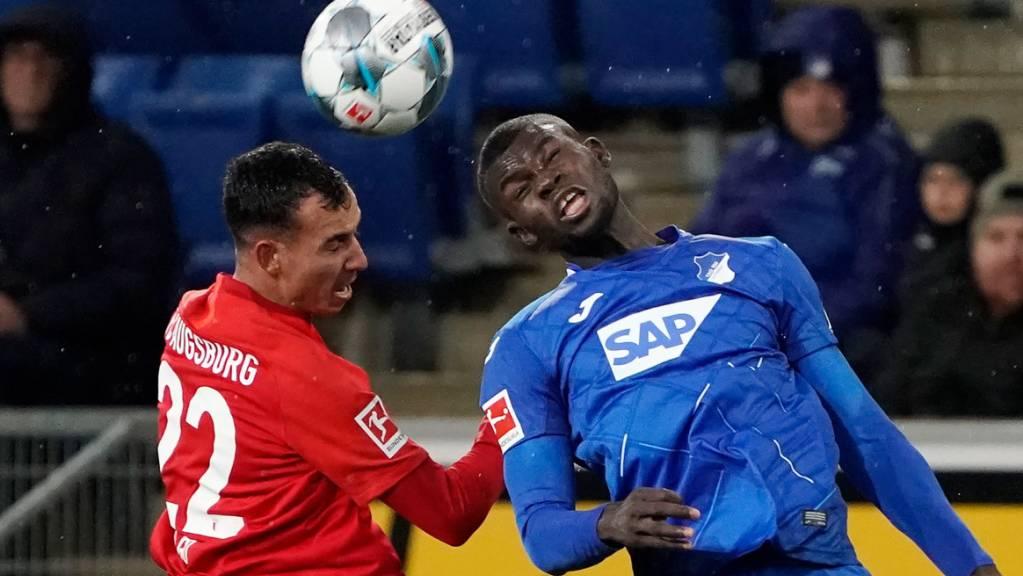 Der Hoffenheimer Ihlas Bebou (links) gegen Iago, Augsburgs Torschützen zum 4:2.