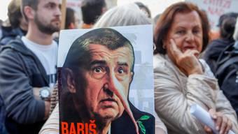 """""""Babis in der Falle"""" heisst es auf einer Tafel der Demonstrierenden auf dem Prager Wenzelsplatz gegen den Regierungschef."""