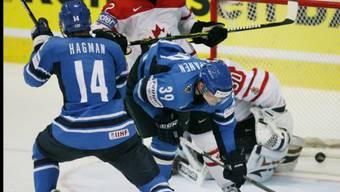 Niko Kapanen (mitte) traf zum 3:1 für die Finnen
