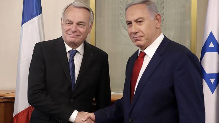 Frankreichs Aussenminister Ayrault (links) versuchte dem Israelischen Premierminister Netanjahu in Jerusalem die französische Friedensinitiative schmackhaft zu machen. Netanjahu blockt aber ab.