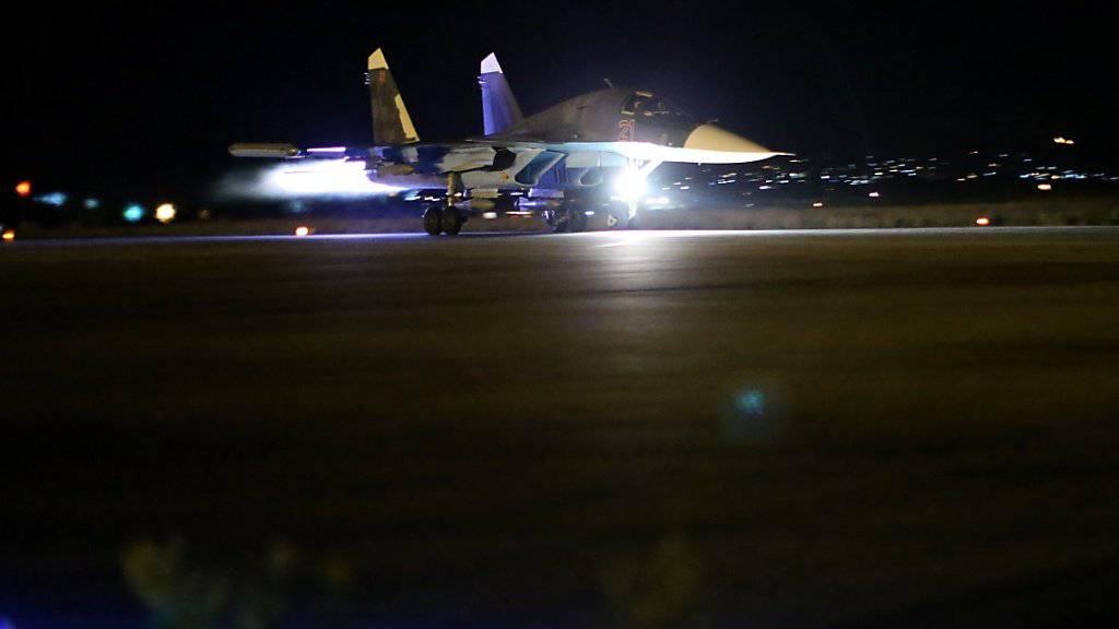 Ein russisches Kampflugzeug hebt in Syrien zu einer Mission ab: Ein Kommunikationssystem soll gewährleisten, dass sich russische und amerikanische Jets nicht in die Quere kommen. (Archivbild)