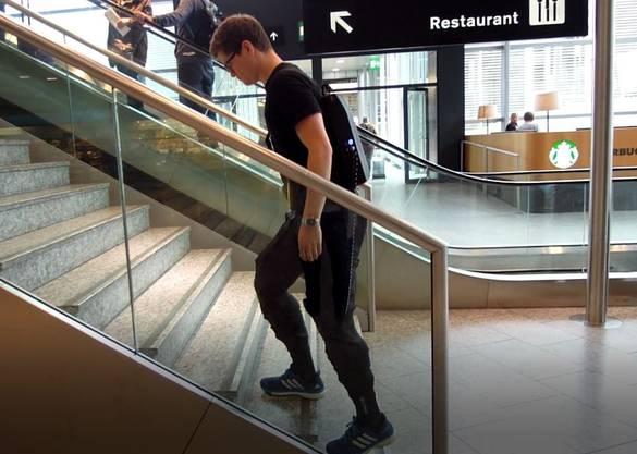 Die Hose mit integrierter Robotertechnologie soll betagten, muskelschwachen Menschen Bewegungsfreiheit ermöglichen.