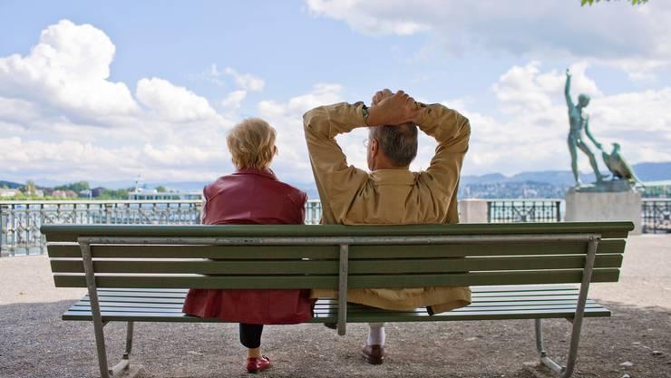 Ein Rentnerpaar geniesst die Sonne in Zürich.