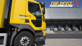 Post-Lastwagen vor dem Paketzentrum in Härkingen