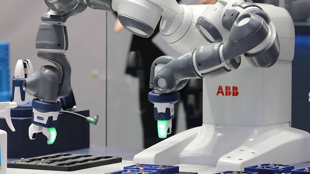 ABB blickt auf stark gestiegene Bestell- und Umsatzzahlen im zweiten Quartal zurück. Im Bild: Ein an einer Messe zu Showzwecken aufgestellter ABB-Industrieroboter (Archivbild).