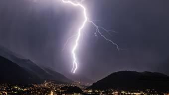 Nach den heissen Sommertagen wartet nun eine Kaltfront auf. Es kann zu Gewittern mit Starkregen, Sturmböen und Hagel kommen. (Symbolbild)