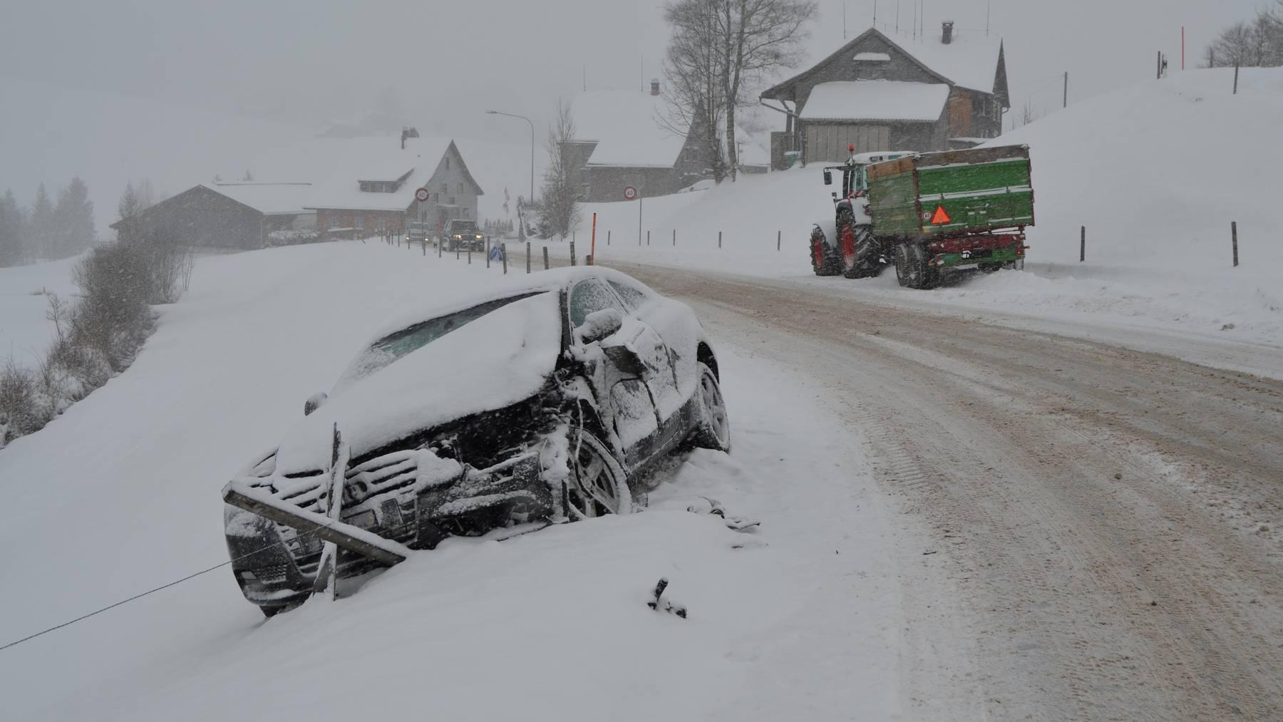 Beim Abbiegen schob in Schwellbrunn ein Traktor ein Auto von der Strasse.